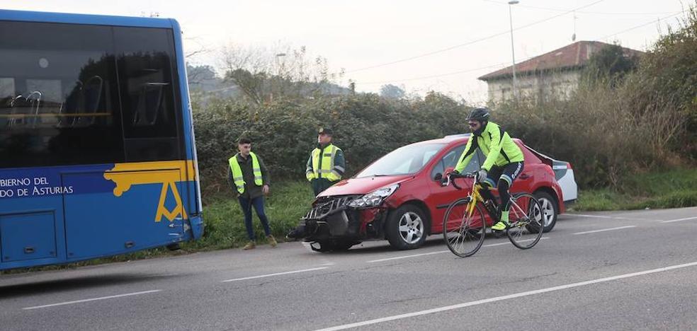 Sin heridos en un accidente entre un turismo y un autobús de la línea Siero-Oviedo