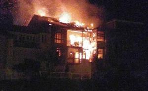 El fuego calcina una casa deshabitada en el casco histórico de Luanco