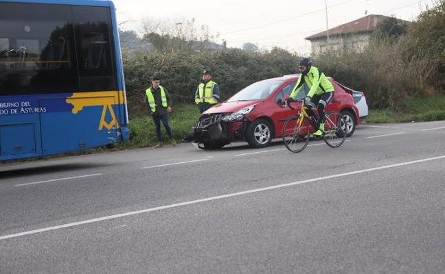 Un autobús colisiona con un turismo en la N-634