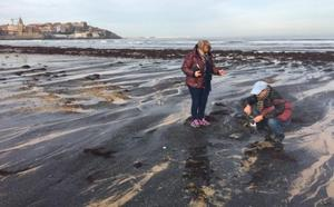 Una marea de carbón en la playa reabre el debate en Gijón