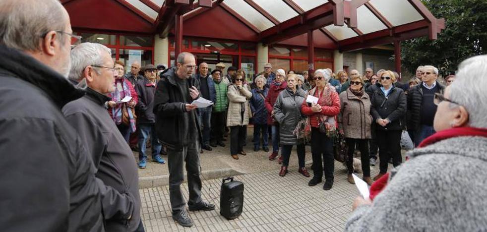 Un centenar de vecinos clama contra la «insostenible» situación del centro de salud Perchera La Braña