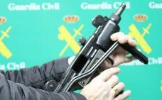 300 fusiles y ametralladoras en una casa en Somió y un piso en la avenida de la Constitución