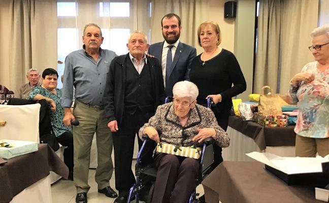 Los mayores de Piloña reconocen a Teresa Sánchez y Ceferino González