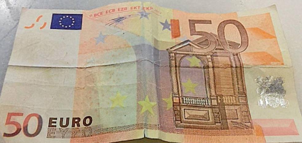 Una banda itinerante deja billetes falsos de 50 euros en Mieres