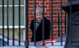 May retoma su plan del 'brexit' tras superar la votación sobre su liderazgo
