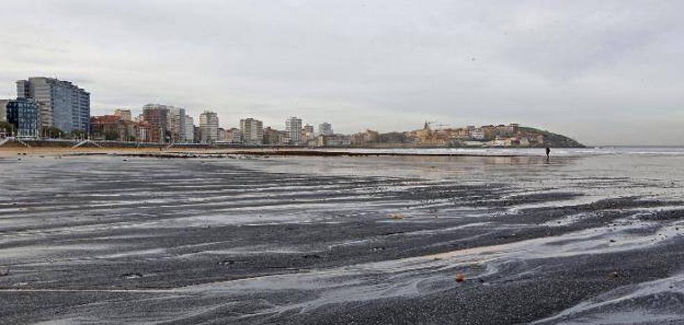 Germán Flor: «Nunca hemos dicho que todo el carbón que llega a la playa sea del 'Castillo de Salas'»