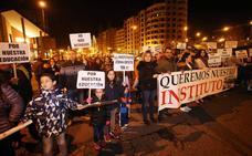 Vecinos de la zona oeste de Oviedo recogen 3.000 firmas y cortan el tráfico por el IES