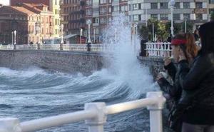 El litoral asturiano está en alerta por oleaje de hasta cinco metros