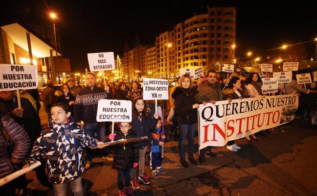 Vecinos de la zona oeste recogen 3.000 firmas y cortan el tráfico por el IES en Oviedo