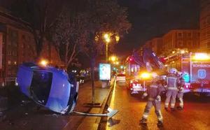 Un conductor ebrio derriba un muro en Oviedo y vuelca en la acera