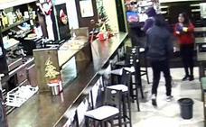 Asaltan a punta de navaja y agreden a la camarera de una cafetería en La Calzada