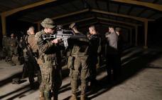 Así es un entrenamiento militar nocturno de los militares de Cabo Noval