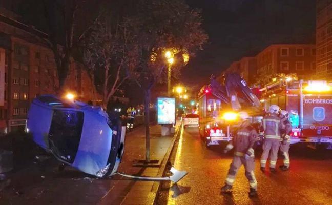 Un conductor ebrio derriba un muro y vuelca en una acera de El Campillín