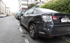 Un coche embiste a una furgoneta de la Policía y daña varios turismos en Gijón