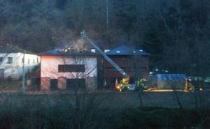 Un incendio calcina la cubierta de un hotel en Cangas del Narcea