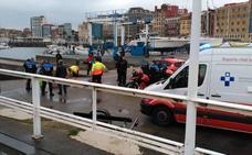 Una mujer se tira al agua y tiene que ser rescatada en el Puerto Deportivo de Gijón