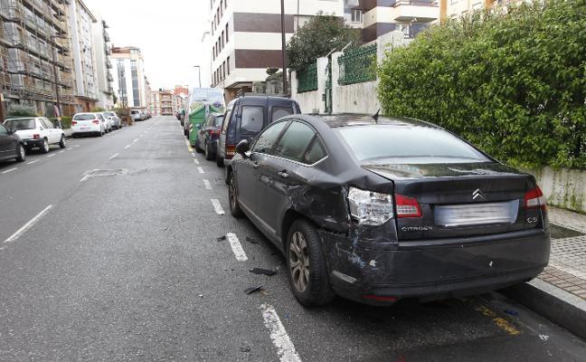 Un coche embiste a una furgoneta de la Policía y daña varios turismos en El Coto
