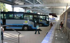 Destrozan las lunas de tres autobuses de ALSA aparcados en la estación de Luanco