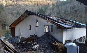 El fuego calcina el tejado del hotel del complejo de Pomar de las Montañas