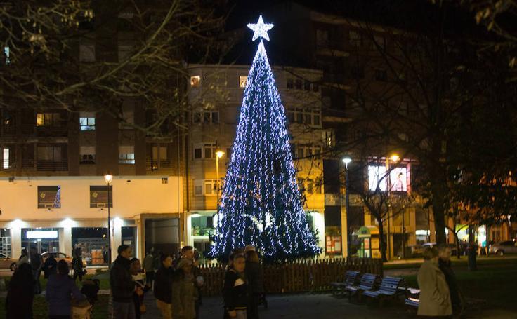 Los mercadillos y el árbol iluminan la Navidad en Las Meanas