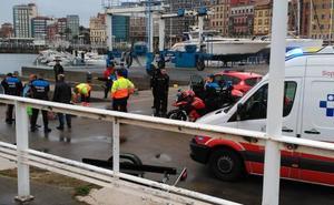 Usuarios del Talasoponiente rescatan a una mujer que se había tirado al mar
