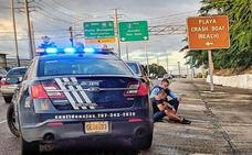 La enternecedora historia detrás de la foto de un policía que consuela a un hombre en la vía