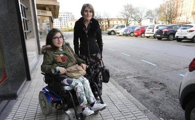 La queja de una alumna con discapacidad de Gijón, sin poder ir a clase por la falta de un auxiliar, obliga a Educación a rectificar