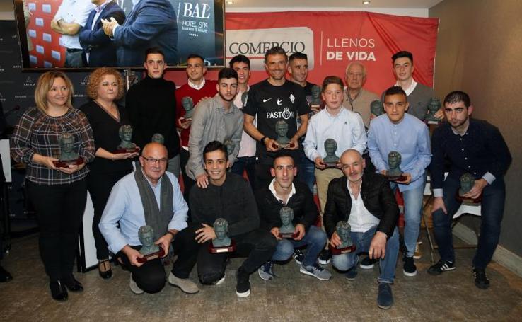 Los dieciséis galardonados con el Trofeo Quini