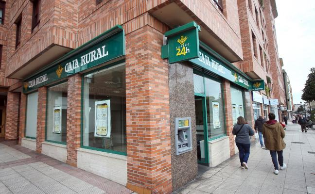 Dos hombres atracan a mano armada un banco en Oviedo y se fugan