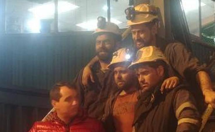 Recibimiento de los cuatro mineros que abandonaron el encierro en el Pozo Santiago por presiones de Hunosa