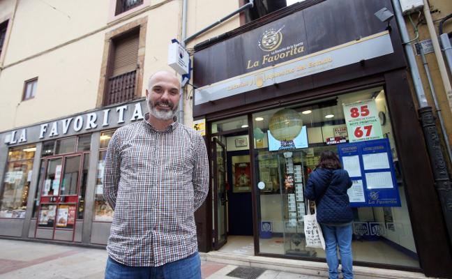 Lotería de Navidad: la administración de La Favorita en Oviedo reparte 60.000 euros de una pedrea
