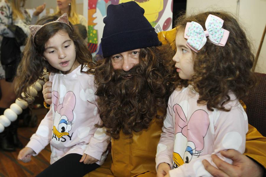 L'Anguleru recoge las últimas cartas de con los niños en Gijón