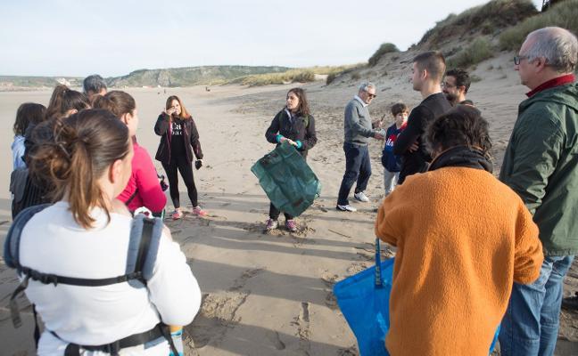 Byebyestraws limpia la playa de Salinas