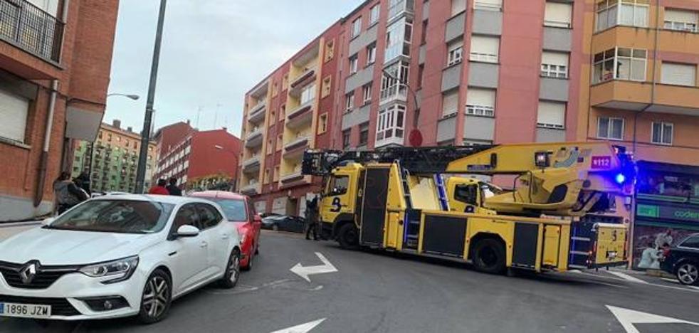 Susto en Avilés al quemarse una campana extractora en la avenida de Gijón