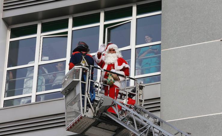 Papá Noel visita a los niños hospitalizados en Cabueñes