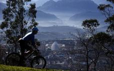 Oviedo riega las calles para paliar la elevada contaminación