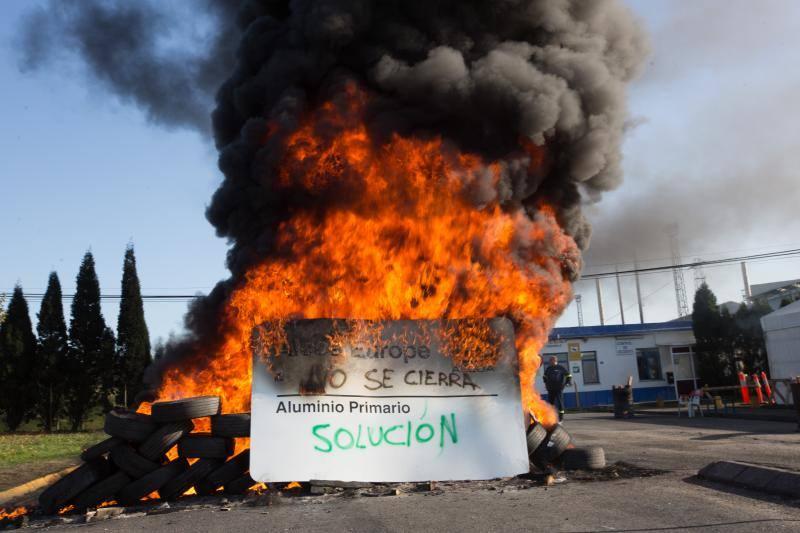 Los trabajadores de Alcoa en Avilés cortan el tráfico en las inmediaciones de la factoría
