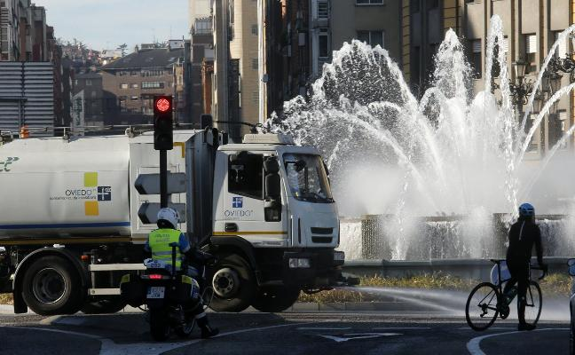 La alta contaminación obliga a baldear las calles del Bulevar de Santullano y Ventanielles