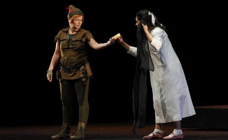 El musical de Peter Pan llena de ilusión el teatro de la Laboral