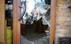 Destrozan la puerta de una sidrería de Oviedo para robar 280 euros