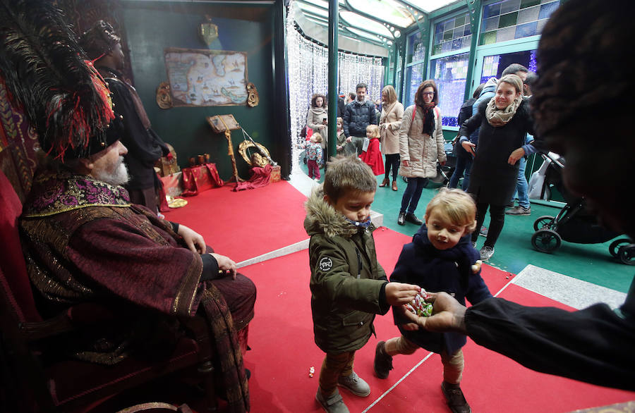 Los niños ovetenses piden sus deseos al Príncipe Aliatar