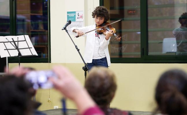 Concierto del pequeño violinista Marcelo Ré en Colloto