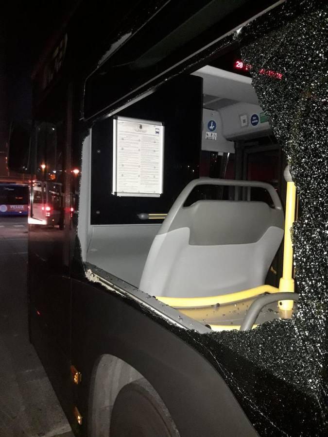 'Emboscada' a 22 autobuses de TUA con graves daños en Oviedo