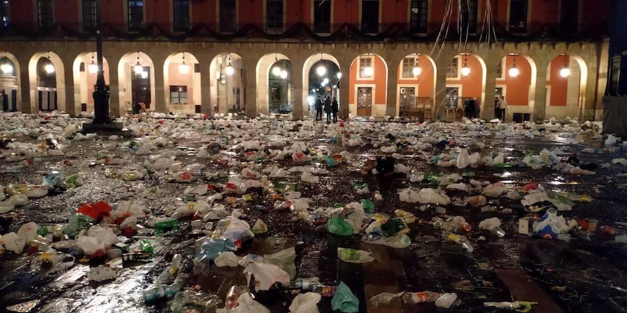 Así quedó la Plaza Mayor gijonesa tras la fiesta de Nochevieja