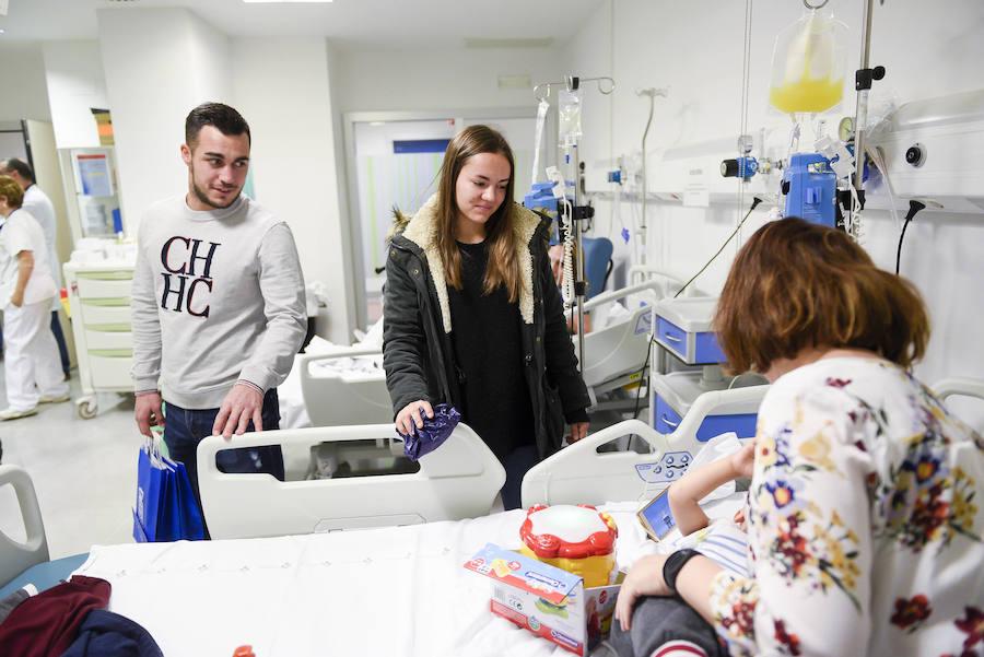 El Real Oviedo visita a los niños ingresados en el HUCA