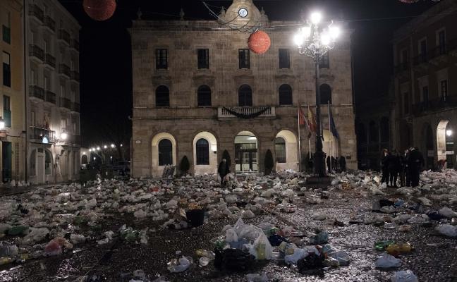 Las fiestas de Nochevieja dejan 8 toneladas de basura en las calles de Gijón