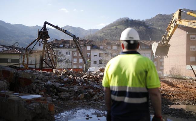 Derriban las antiguas cocheras y talleres del Alcotán, en Pola de Laviana, por seguridad
