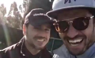 David Bustamante y Javier Hernanz disfrutan del golf en Ribadesella
