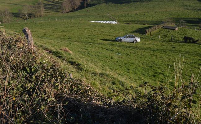 Dos mujeres heridas al salirse de la vía y volcar su coche en Barredo, en Tineo