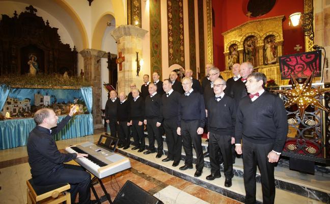 El coro San Roque canta al 2019 en Colunga